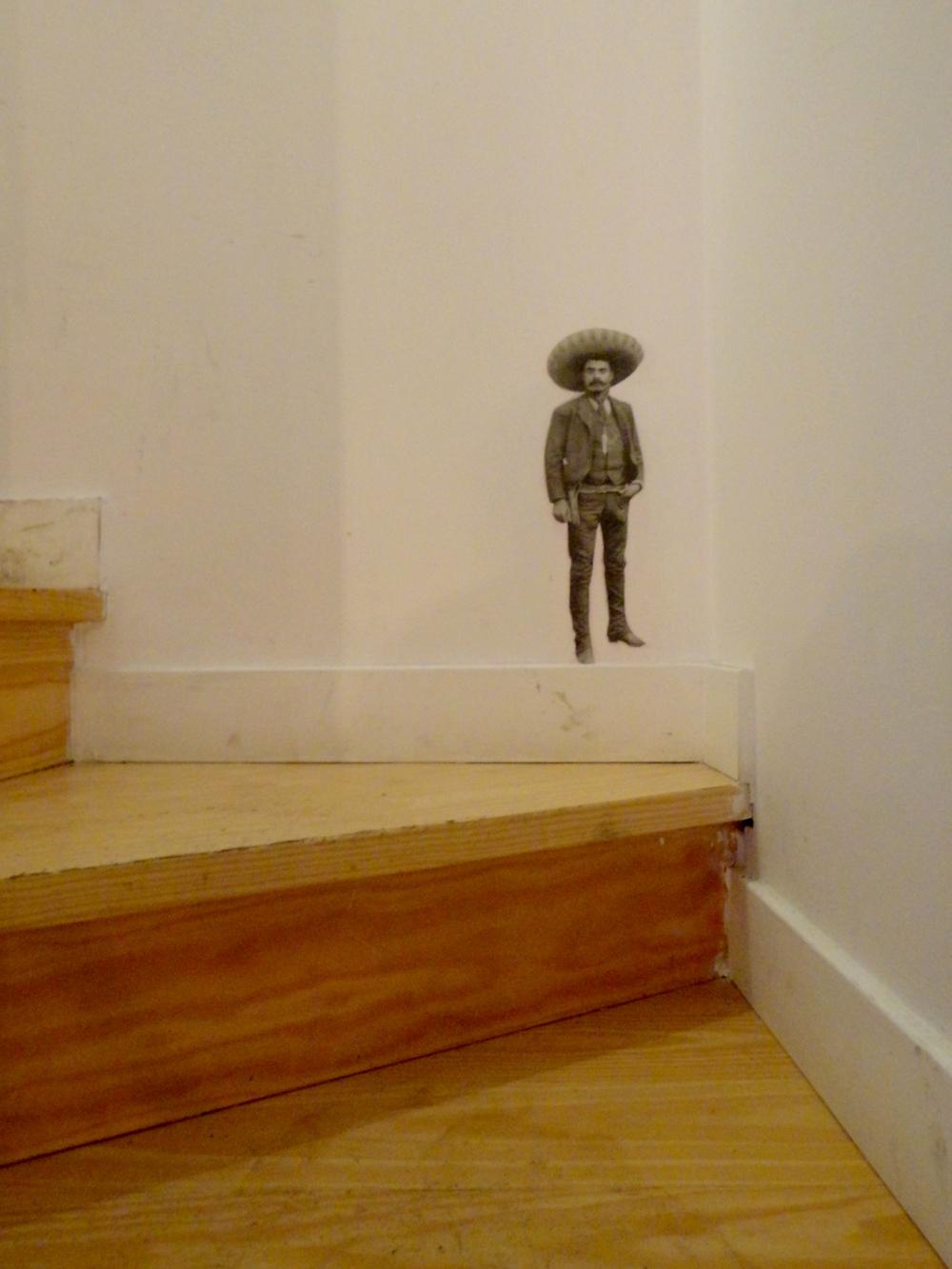 e ao virar da esquina (invertida), está um mexicano