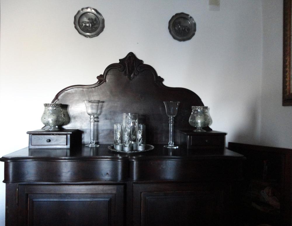 esta é a minha peça de mobiliário favorita - a cor escura, as formas simples e o toque clássico fazem desta peça uma relíquia.