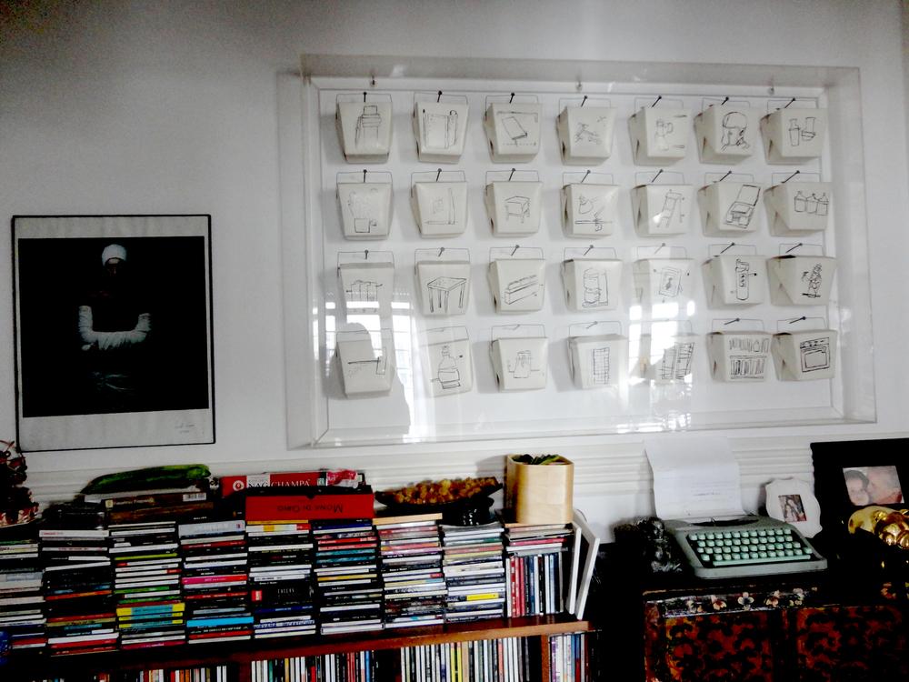 caixas de comida desenhadas por Catarina Baleiras e o pormenor da estante para cd's feita por um alemão que passava por Lisboa.