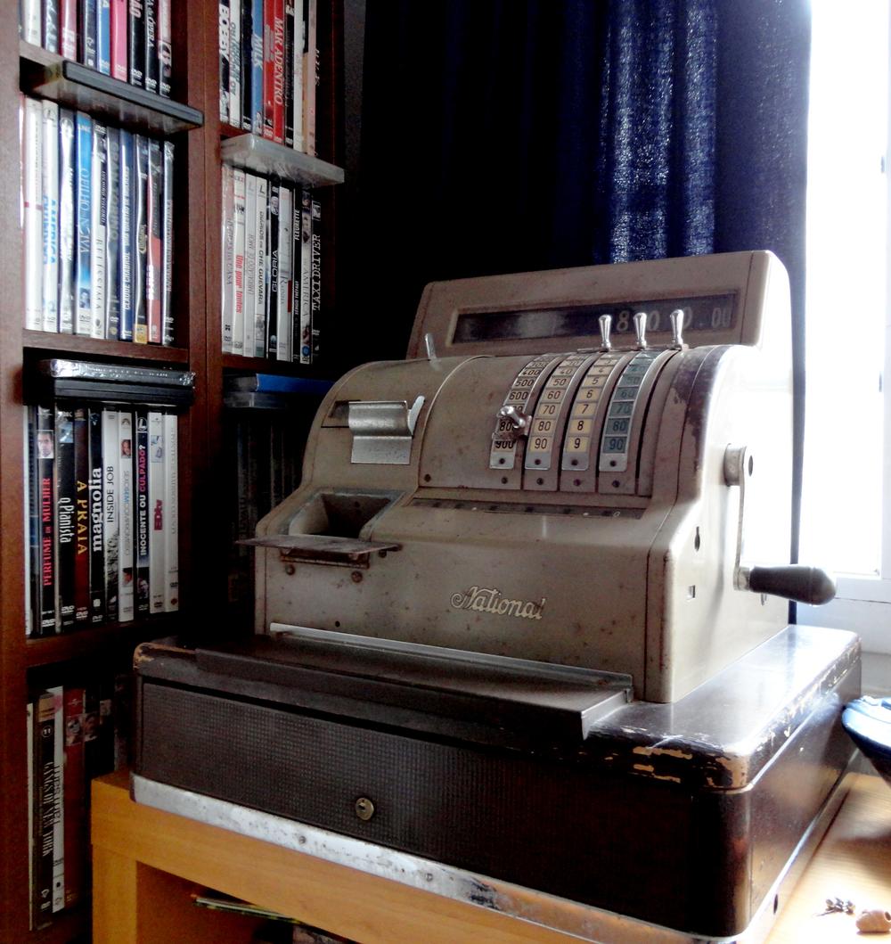 máquina registadora que lhe lembra o tempo que passava numa papelaria quando era miúda (tem lá dinheiro antigo e tudo). uma ternura, não é?