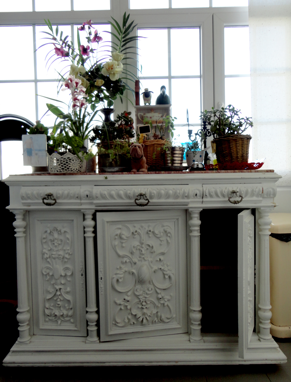 adoro armários antigos pintados de branco.