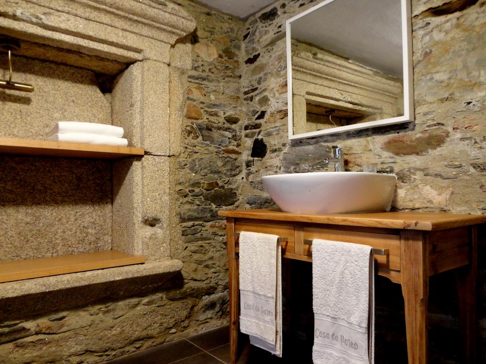 armário de lavatório comprado numa loja vintage online.