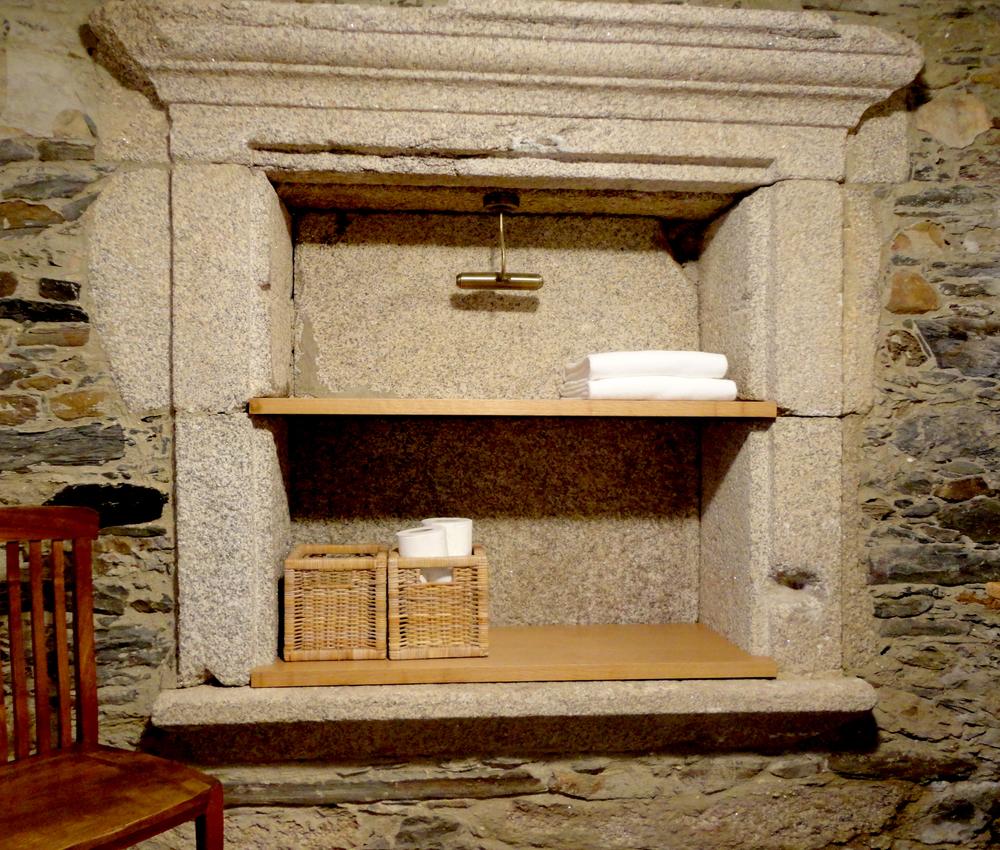 armário em pedra recuparado na reconstrução.