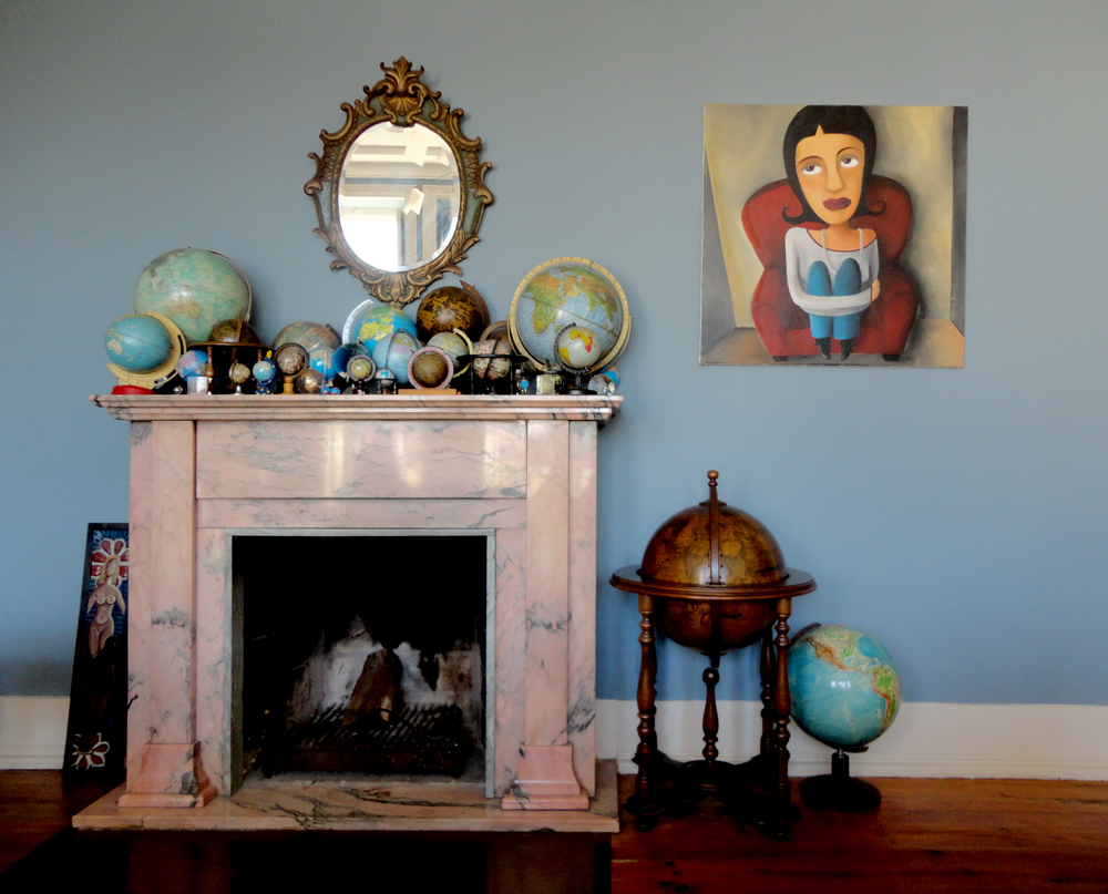 a lareira em mármore rosa que funciona como podium à colecção de globos que começou, acredita que é verdade, out of the blue