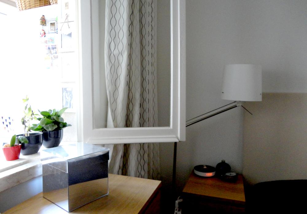 a janela dá para uma varanda fechada.