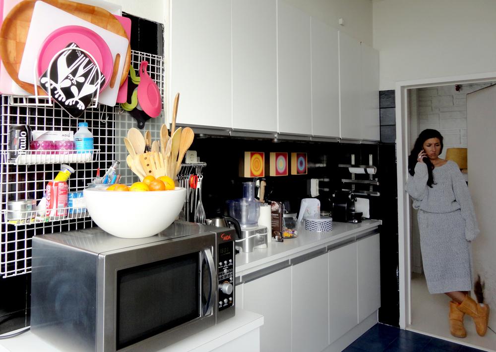 adoro o preto & branco da cozinha.