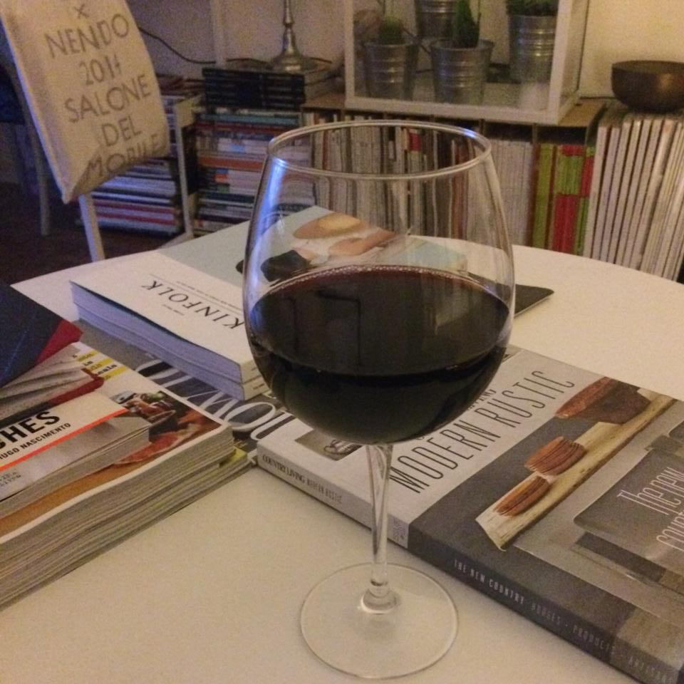 a beber vinho e a ler revistas inspiradoras.jpg