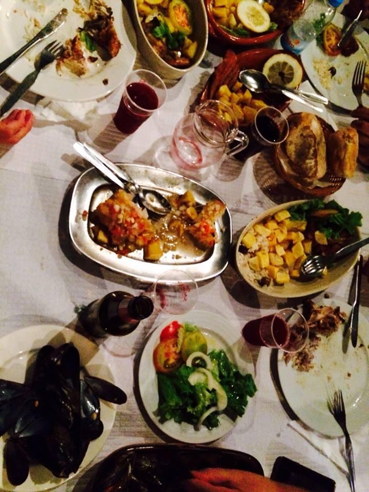 felicidade partilhada à mesa entre amigos.jpg