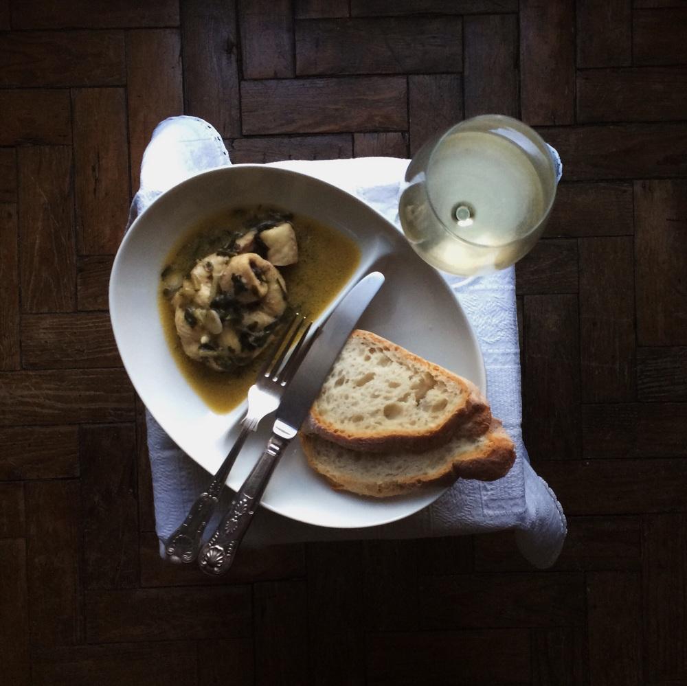 STYLING: prato Muji, talheres comprados no mercado de Portobello em Londres e copo da Schott Zwiesel.