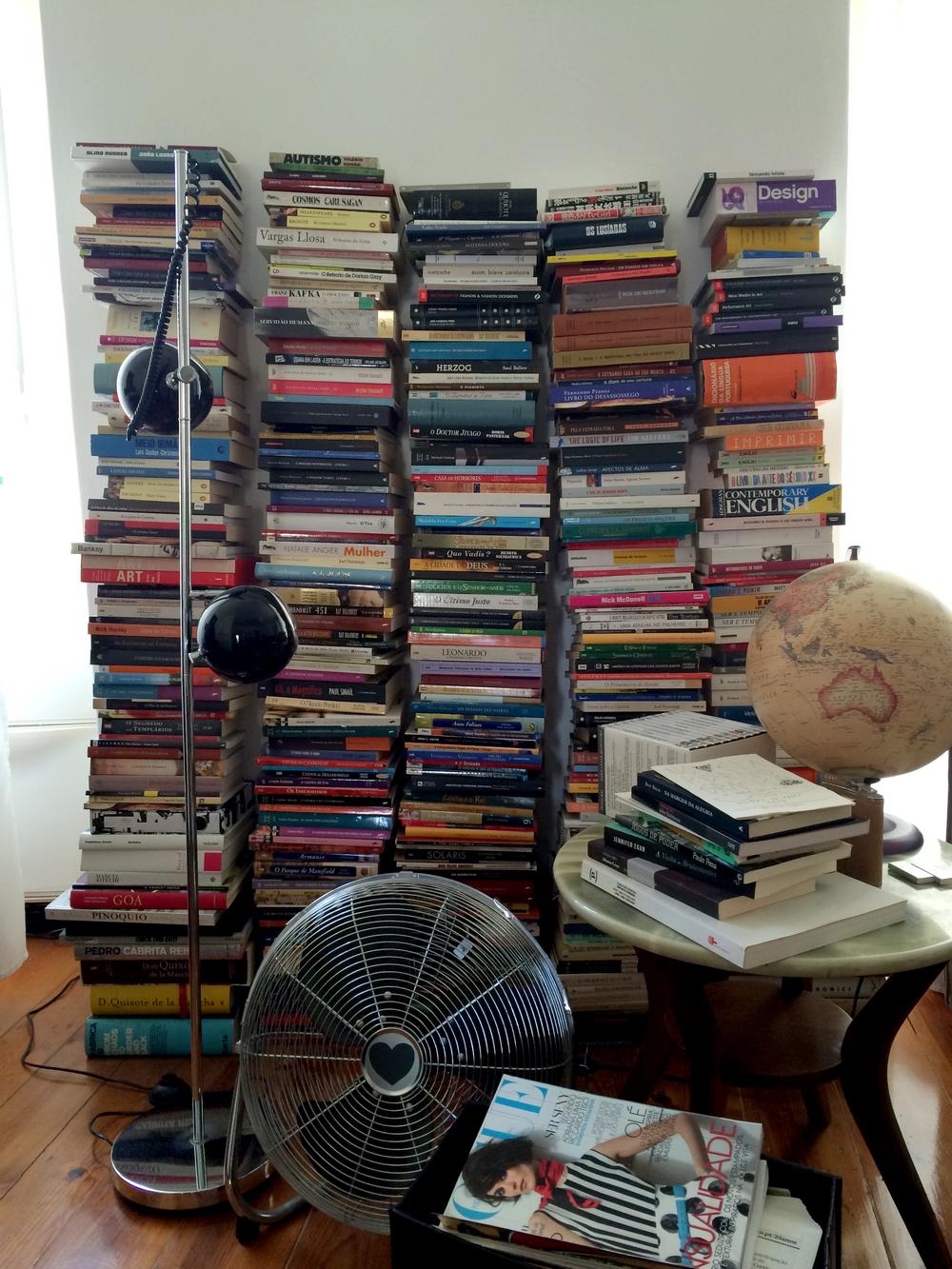 uma estante de livros muito sua que eu adoro mas, diz ela, não é nada funcional.