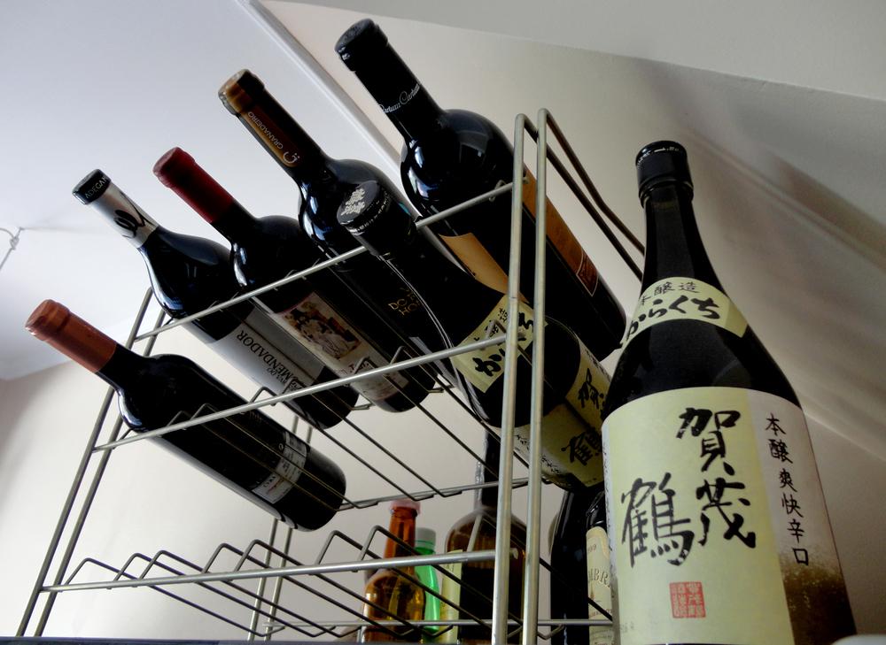 souvenires do Japão e vinhos portugueses que aguardam mais uma jantarada.