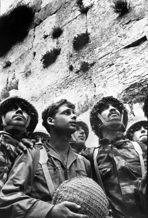 Israeli paratroopers entering the Western Wall for the first time on June 7, 1967.