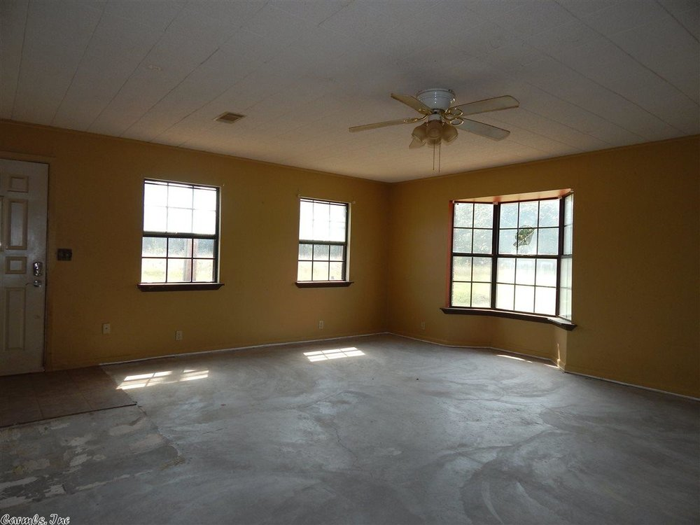 flipping_business_flip_house_before_picture_southern_arkansas_living_room.jpeg