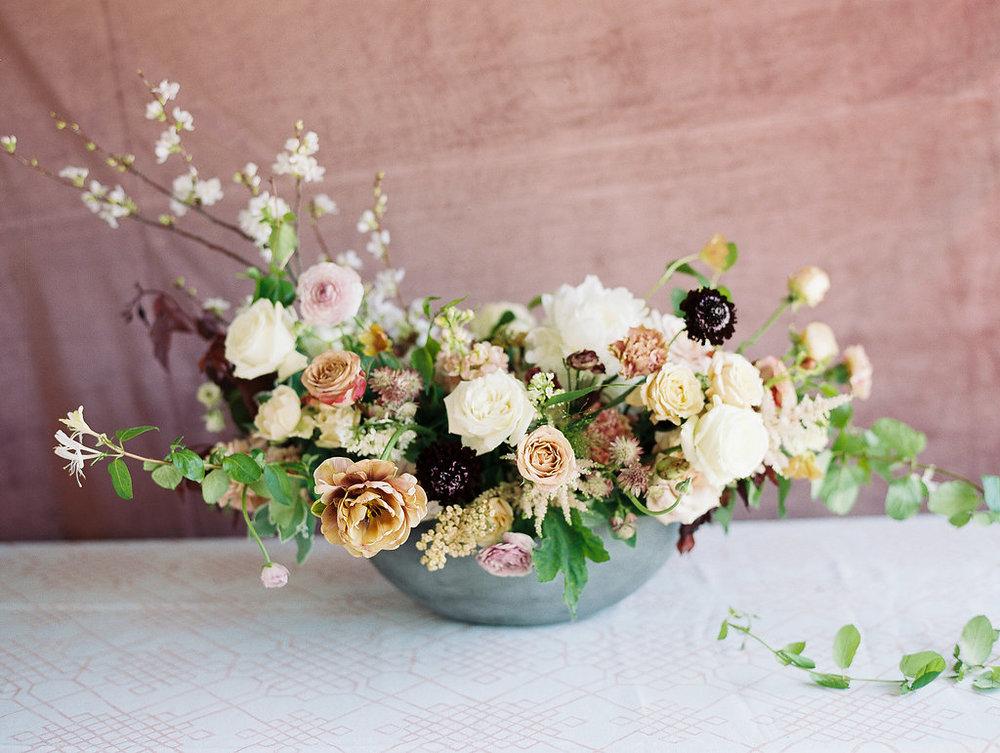 jessica-zimmerman-geometric-wedding-organic-arrangement.jpg