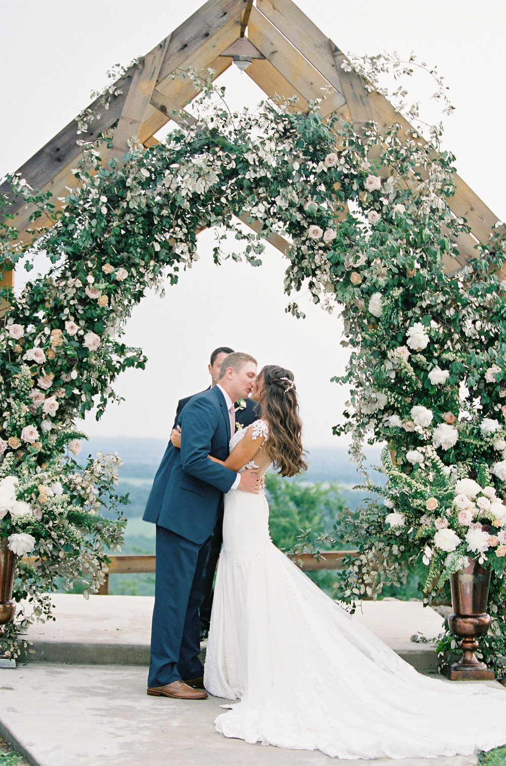 jessica-zimmerman-events-arkansas-mountain-wedding-couple-ceremony-flowers.jpg