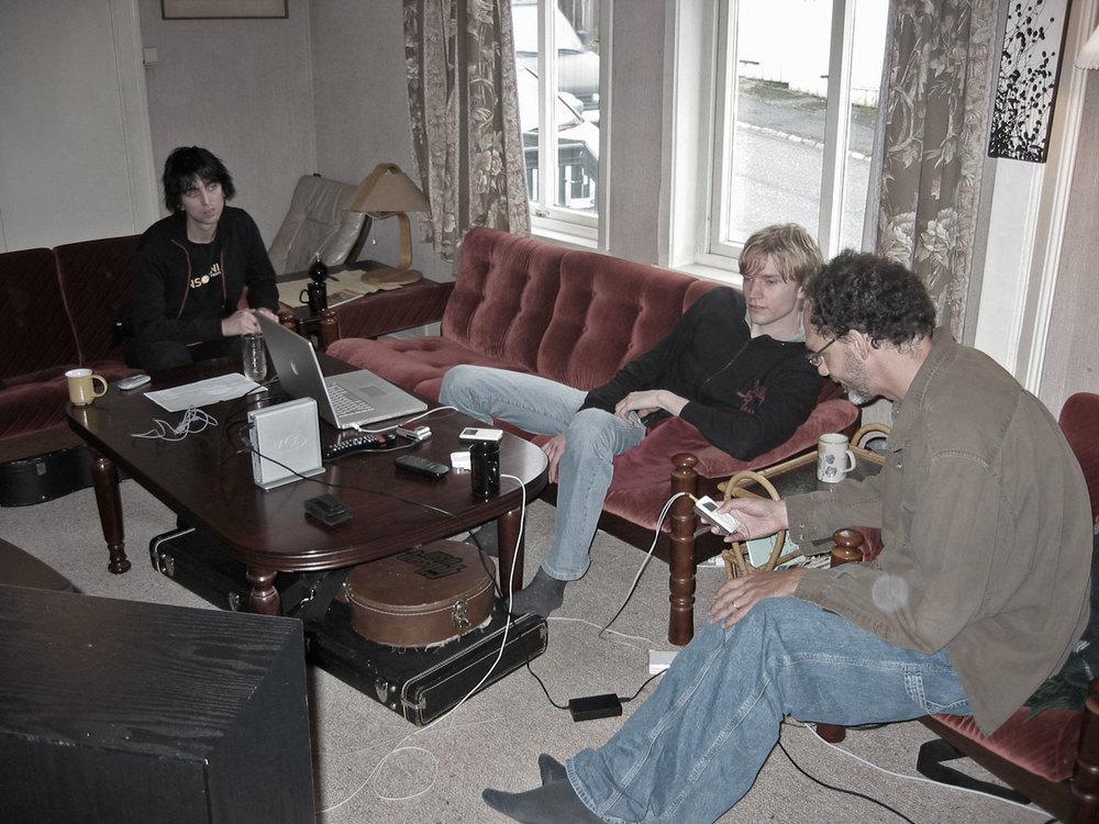 Musikk deling til middag, kaffi og kvelds.  Fra venstre: Hans Petter Lie-Nielsen, Geir Satre og Andrew Scheps (og en flott sofa).