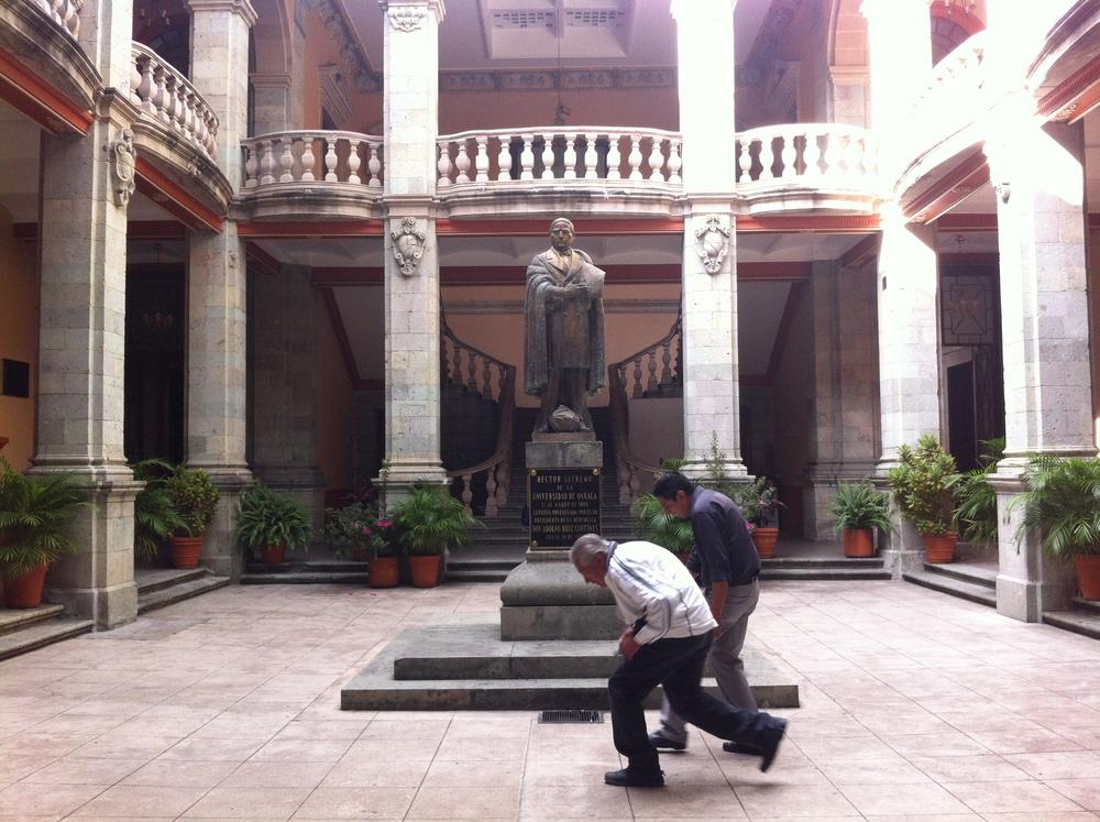 Foto a la estatua de Benito Juárez y a los señores que intentan no salir!