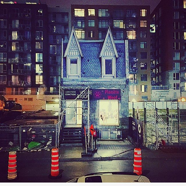 Real #lahaut #up #disney #pixar #home in #mtl 🇨🇦❄️🏡 #montreal #charlesmuntz #carlfredricksen #architecture #archi #travaux #conesoranges #night #street #backstreet #quebec #canada #downtown #guyconcordia #mtlblog #mtlmoment #livemontreal #anousmtl #mtlstreets #mtlstreetstyle  #mtlstreets #buildings #sherbrooke #mtlstop #construction