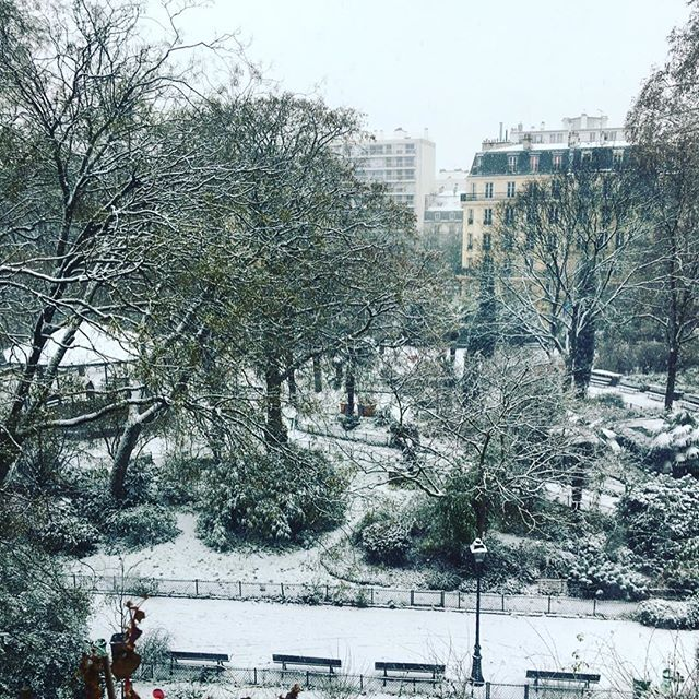 « Paris trying to look Like Montréal » ❄️ #paris #snow #winter  #manteaublanc . . . . #neige #montreal #mtl #quebec #france #canada #white #parc #flocons #froid #froid❄️ #snowinparis #parisianstyle #mylittleparis #travel #parisjetaime #parismaville #hello_france #europe