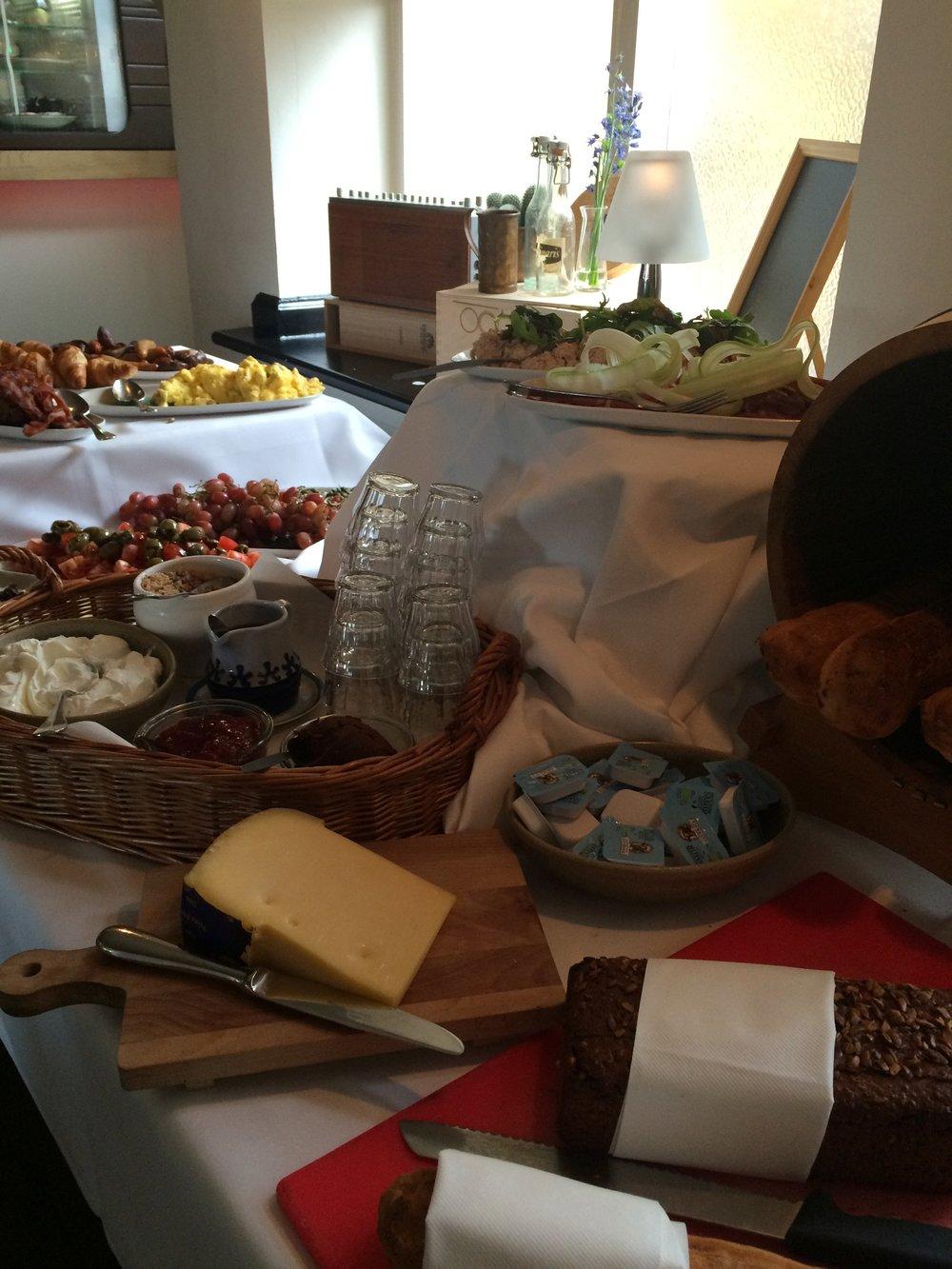 Alle søndage 10.00-13.00 serverer vi en lækker brunchbuffet med kaffe og juice til 169,- - Vi åbner for a la carte kl. 12.00 Det er selvfølgelig også muligt at få egen buffet i eget lokale (Fra 10 personer - 199,- pr. person)