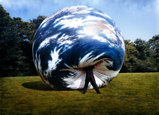 Seung-taek Lee, Earth Play, 1979-89. Balloon painted with oil, 500cm diameter (Courtesy of Gallery Hyundai)
