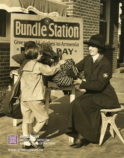 Голливудская звезда Джеки Куган раздает одежду армянским детям.