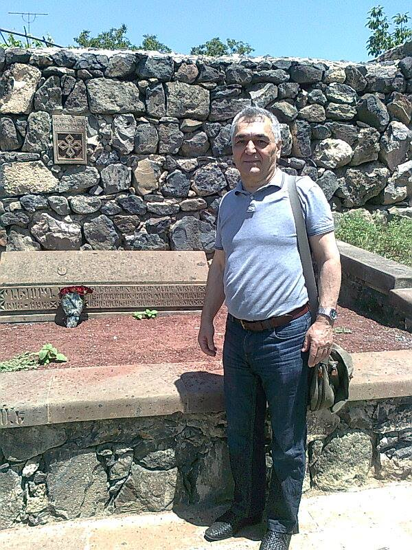 Григор Эмин-Терьян на могиле отца.jpg