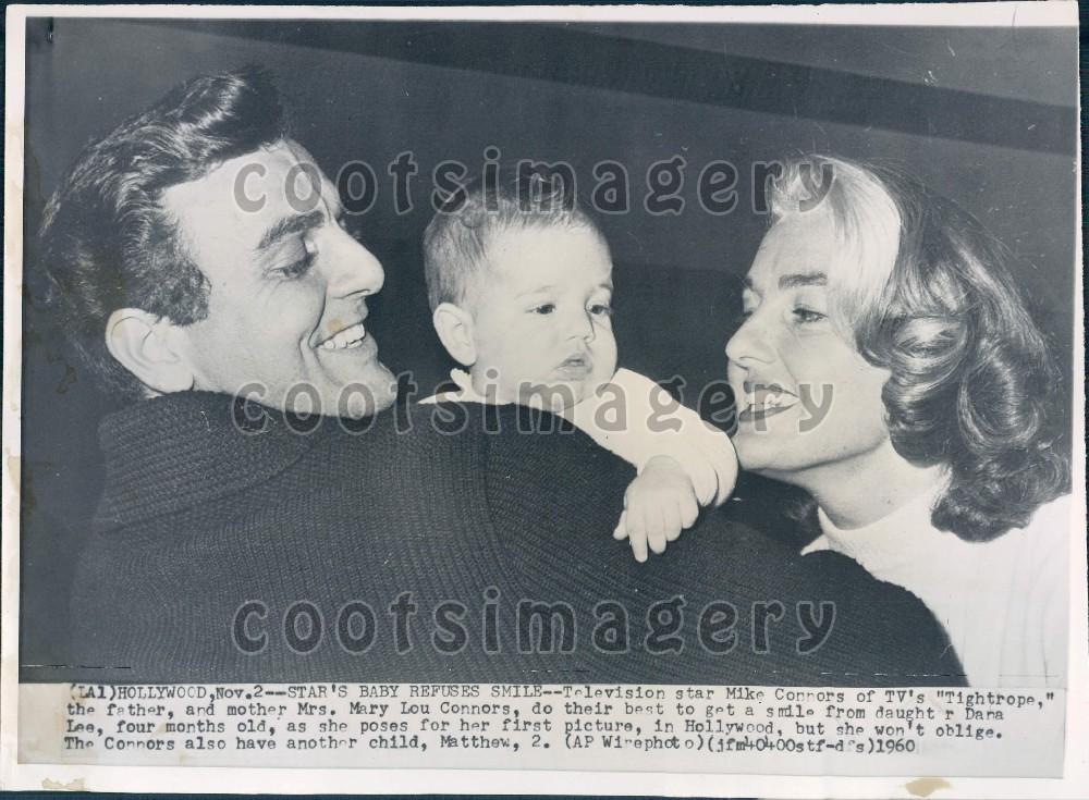 Майкл Коннорс с женой, актрисой Мэри Лу Райли и 4-месячной дочкой Деной позируют в Голливуде