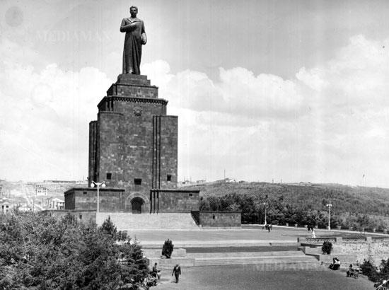 Сейчас на этом месте монумент Мать-Армения. А когда Каленц приехал в Ереван здесь еще был пустырь.