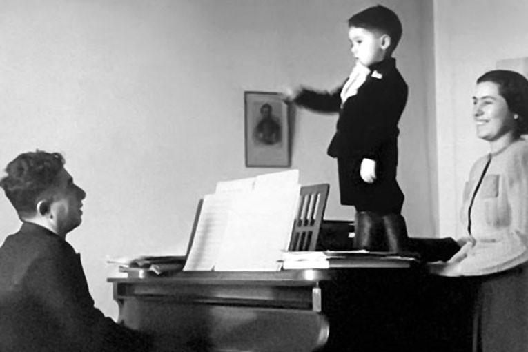 Арам Ильич музицирует в кругу семьи...
