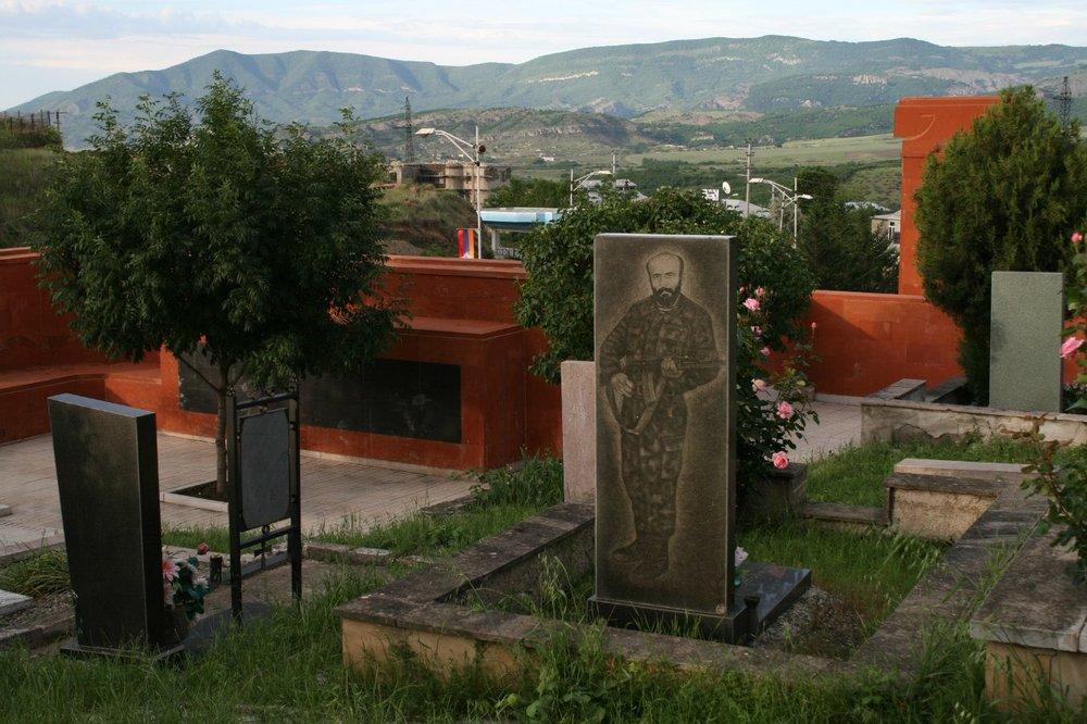 В начале 90-х на Братском мемориале в Степанакерте рядом с героями Великой Отечественной легли те, кто пал на последней войне - карабахской.Впервые был здесь в 99-м. А в 2014 омподошёл к одному из памятников - а там деревце, которое раньше было с него ростом, вымахало вдвое больше...