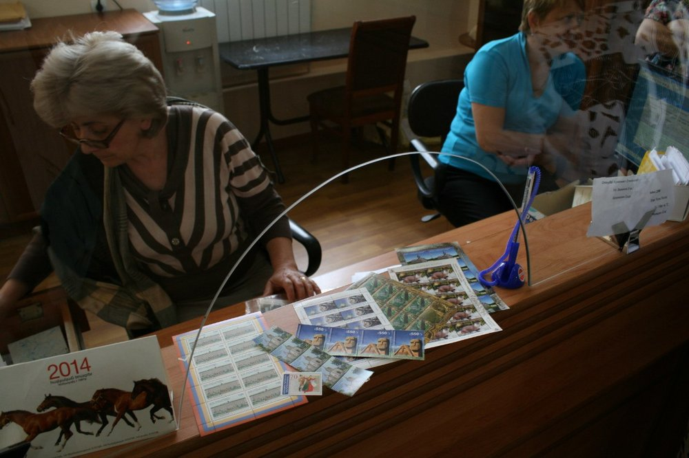 ...своя, карабахская почтовая служба. На фото - почтамт в Степанакерте