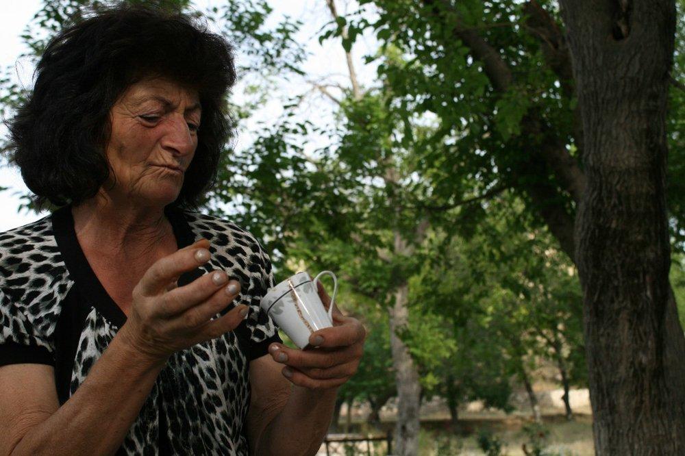 Дорога в Агдам. Тётя Гоар. В войну была старшим санинструктором, а сейчас работает в маленьком буфете при музее в Тигранакерте. Здесь она гадает на кофейной гуще.