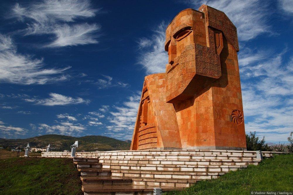 Вероятно, азербайджанские историки и военные эксперты еще долго будут ломать голову над тем, как «миацумовцам» удалось освободить город Шуши, казавшийся неприступной крепостью. Но мы знаем, в чем тут дело, – в высоком духе армянского воина-освободителя, который защищал СВОЮ землю и шел освобождать СВОЙ город.