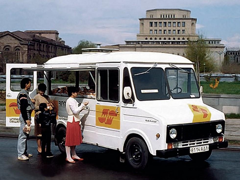Когда в середине девяностых годов «вечно живой» ЕрАЗ-762, наконец, ушел на покой, уже в рамках деятельности ОАО «ЕрАЗ» наконец удалось начать серийное производство ЕрАЗ-3730. Произошло это в 1995 году