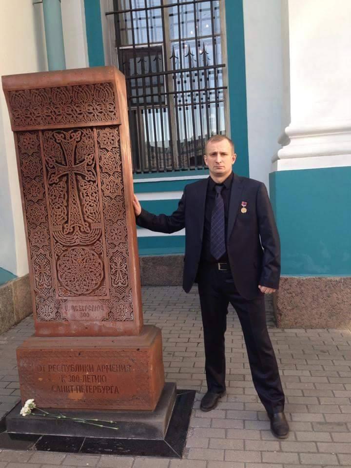 Виктор Александров у хачкара, установленного армянской общиной в Санкт-Петербурге.