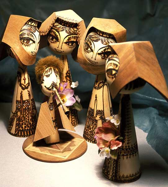 В 1968 году Фридон Асланян создал первые национальные деревянные лики (куклы), приурочив их создание к 2750-летию г. Еревана.