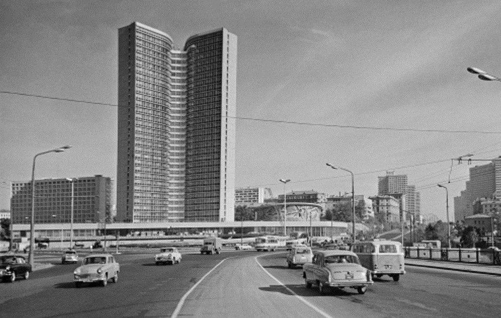 """Среди наиболее известных совместных проектов архитекторов можно выделить ансамбль проспекта Калинина (сейчас — Новый Арбат), созданный в1962–1968 годах. Так называемая, """"вставная челюсть Москвы"""""""