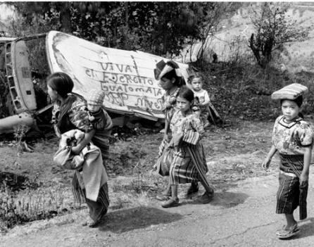 Жертвы Гватемальского Геноцида, в котором многие обвиняли политику Рейгана