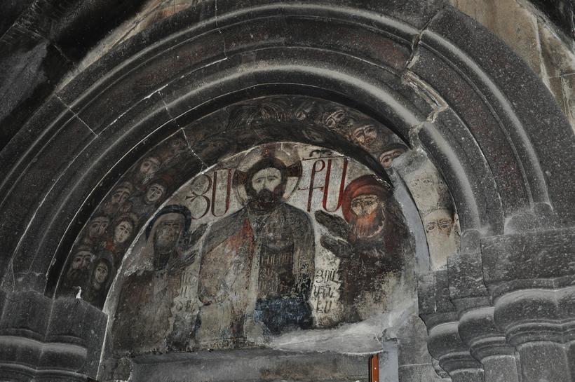 Полуразрушенная часовня, служившую когда-то усыпальницей основателя монастырского комплекса Кечарис — Григора Магистроса Пахлавуни.