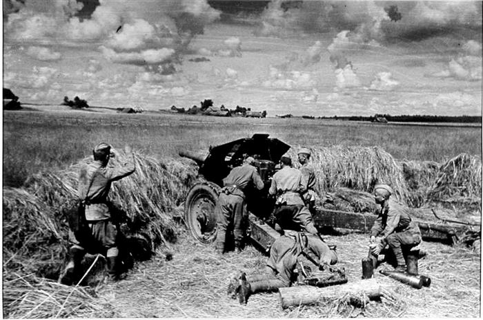 Ржев - ключевая позиция центрального участка фронта, как и Сталинград - южного. Не удивительно, что там 1.5 года шли почти непрерывные тяжелейшие бои. Пока немцы держали Ржевский выступ, сохранялась стратегическая угроза наступления на Москву.