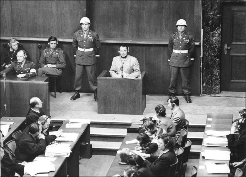 Герман Геринг в зале суда во время Нюрнбергского процесса