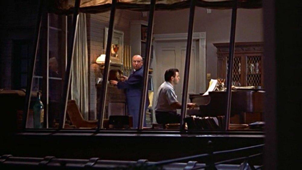 Росс Багдасарян (за роялем) в фильме Альфреда Хичкока «Окно во двор». Камео Хичкока (эпизодическяа роль)— заводит часы в квартире композитора