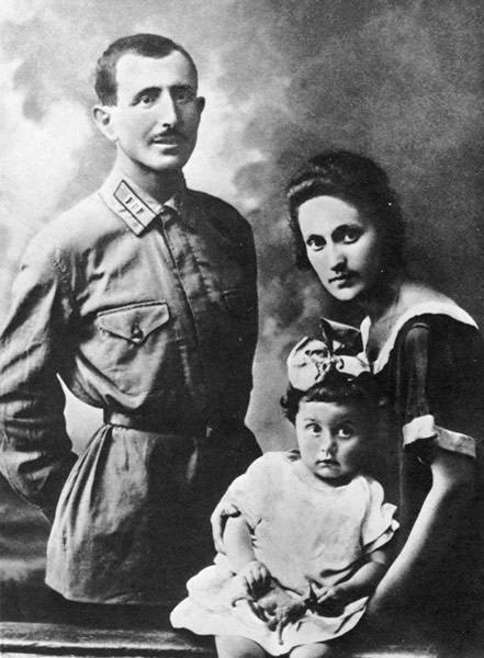 Иван (Ованес) Баграмян со своей семьей Судя по всему, это год 1925-26. В 1923-м году – у Ивана Христофоровича и Тамары Амаяковны родилась дочь