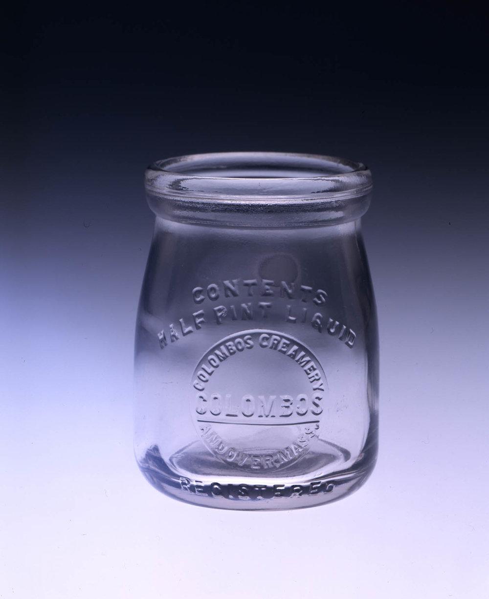Баночка йогурта Коломбо в восемь унций.Оригинальная баночка молочного магазина Коломбо и Сыновья, которая была подарена Массачусетскому Историческому Обществу семьей Коломбосян летом 2004 года