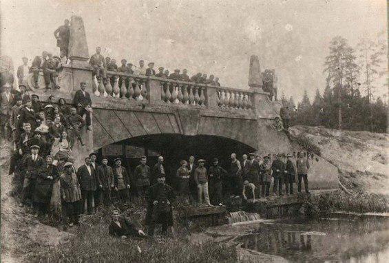 Красоту пруда завершала плотина с железобетонным мостом, проект которого создал А.И. Таманян. Мост был построен в 1912-14 годах, но со временем обветшал и частично разрушился. В 1999 мост был реконструирован.