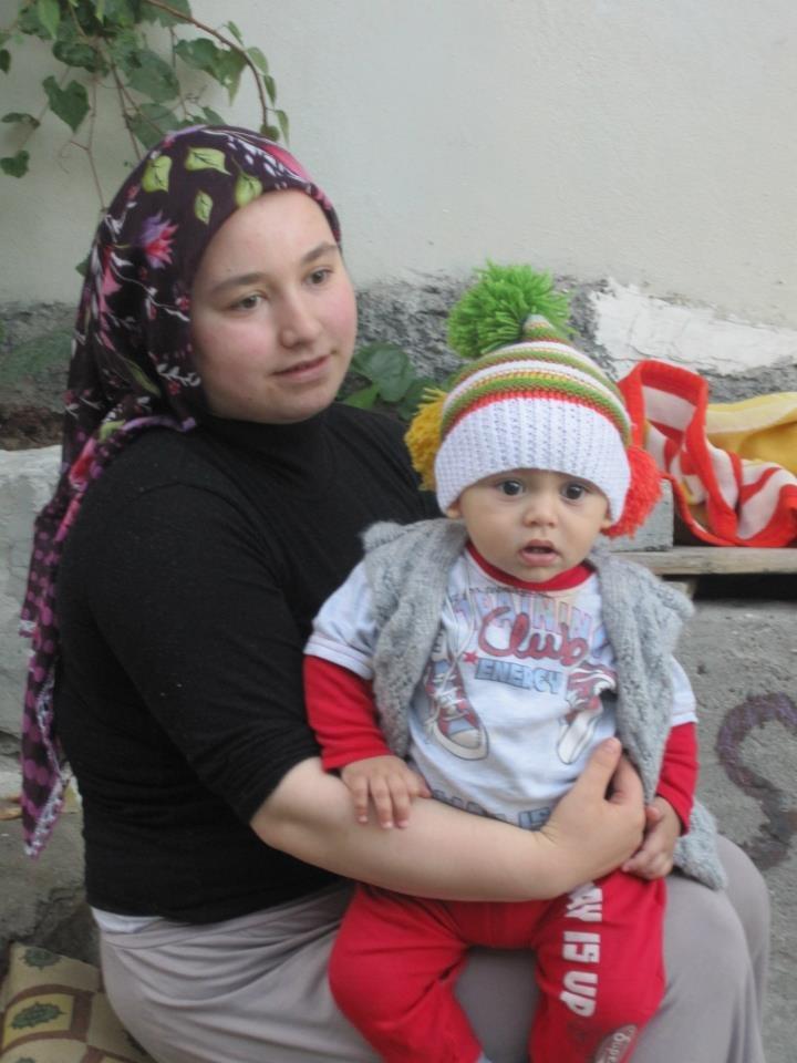 Курдская женщина с ребенком в трущобах Бей-Пазари (Турция) ноябрь, 2013