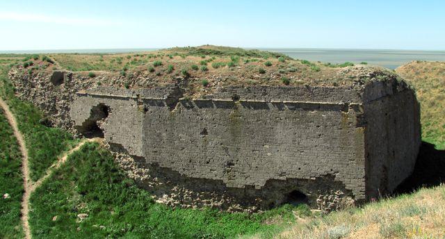 Перекопский вал - фортификационное сооружение, представляющее собой ров с валом, отделяющееКрымский полуостровот материка и насчитывающее около 2 тысяч лет.По некоторым версиям, построен ещёдревними римлянами, для защиты полуострова от набегов кочевников. Постоянно использовался как укрепление начиная с1509 года, когда полностью было закончено строительство крепостиПерекоп.В старину его охраняло 3 крепости. Самой большой и наиболее укреплённой из них была Ор-Капу.