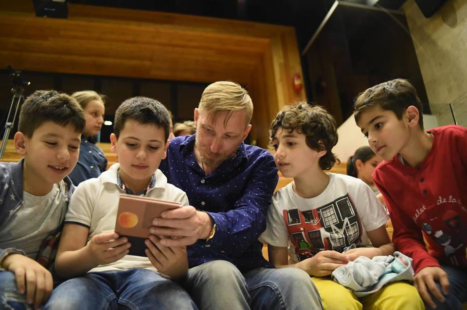 Виктор Коноплев и дети Арцаха на презентации его поэтического сборника, посвященного Армении