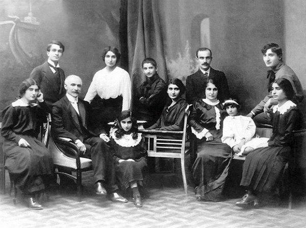 Наверное, опыт и пример своих родителей был перенесен Туманяном уже на свою жизнь, на свой домашний очаг. В 1888 году он женился на Ольге Мачкальян. Было ему тогда девятнадцать лет. В их счастливом браке родились десять детей — четыре сына и шесть дочерей.